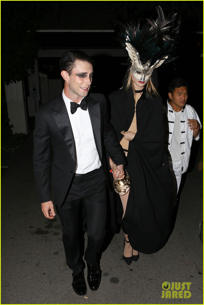 adam levine behati hold hands after hosting halloween party 06