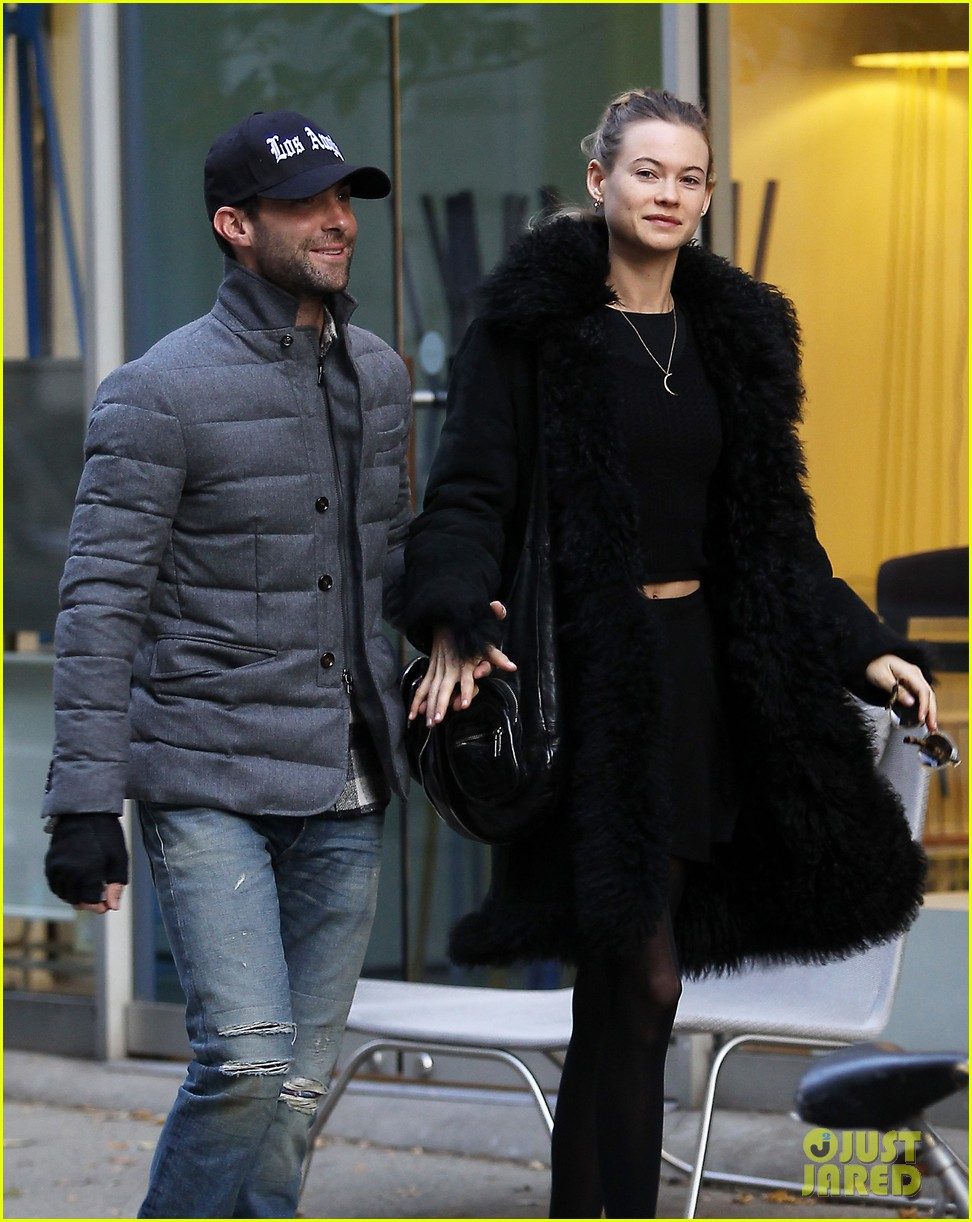 adam levine behati prinsloo hold hands after vs show 092992953