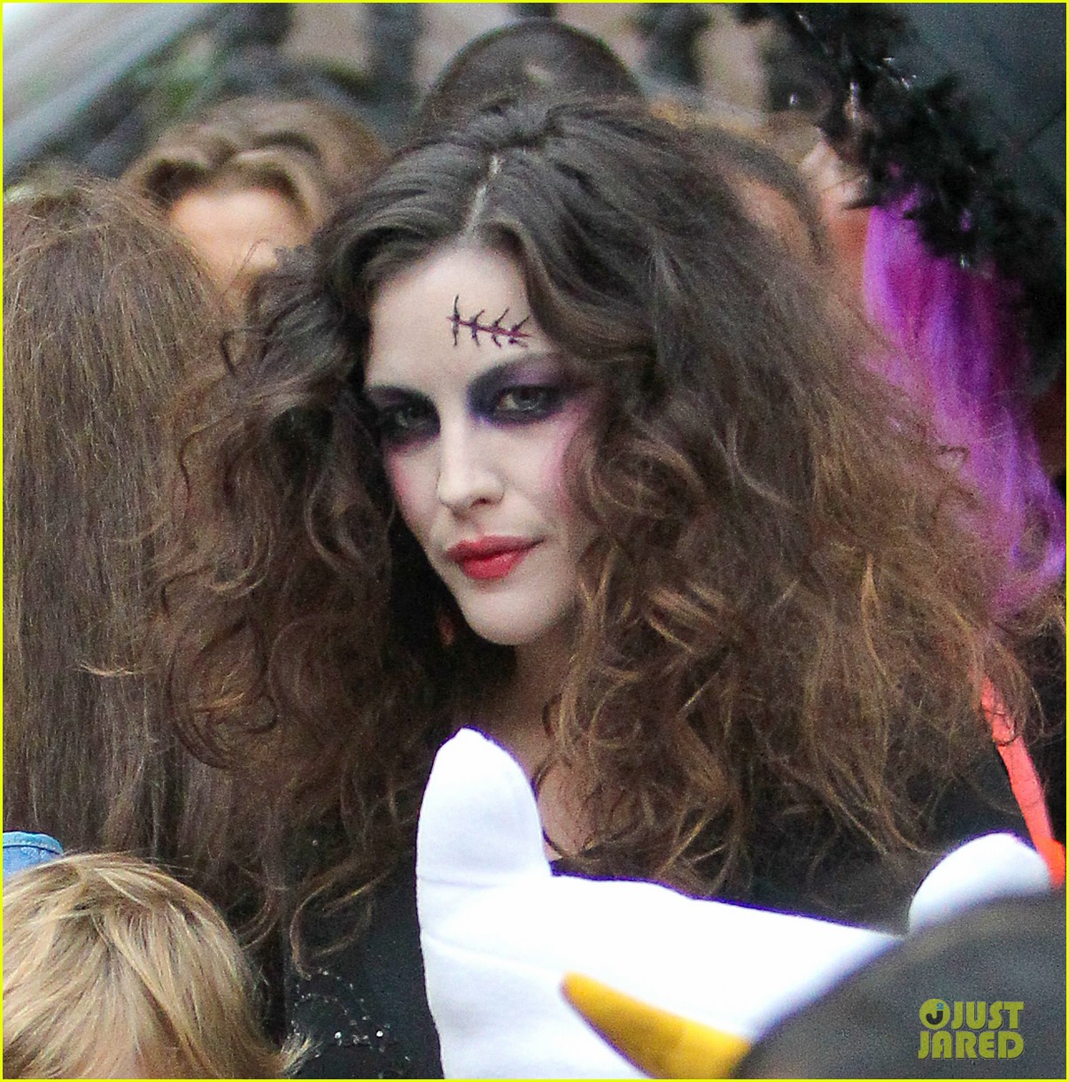 liv tyler trick or treats with milo on halloween 022984254