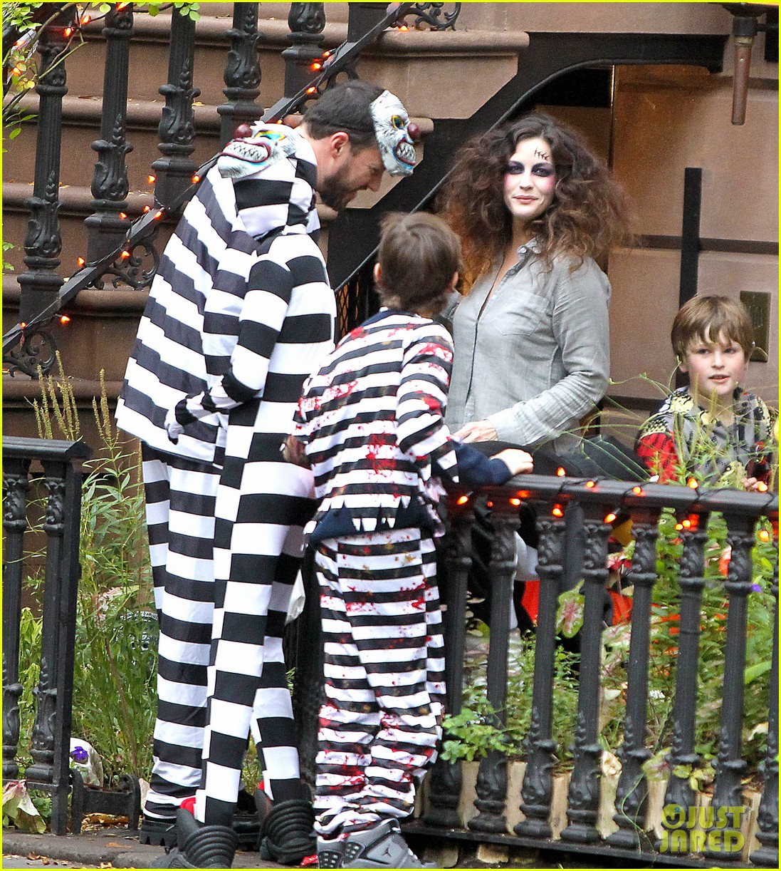 liv tyler trick or treats with milo on halloween 082984260