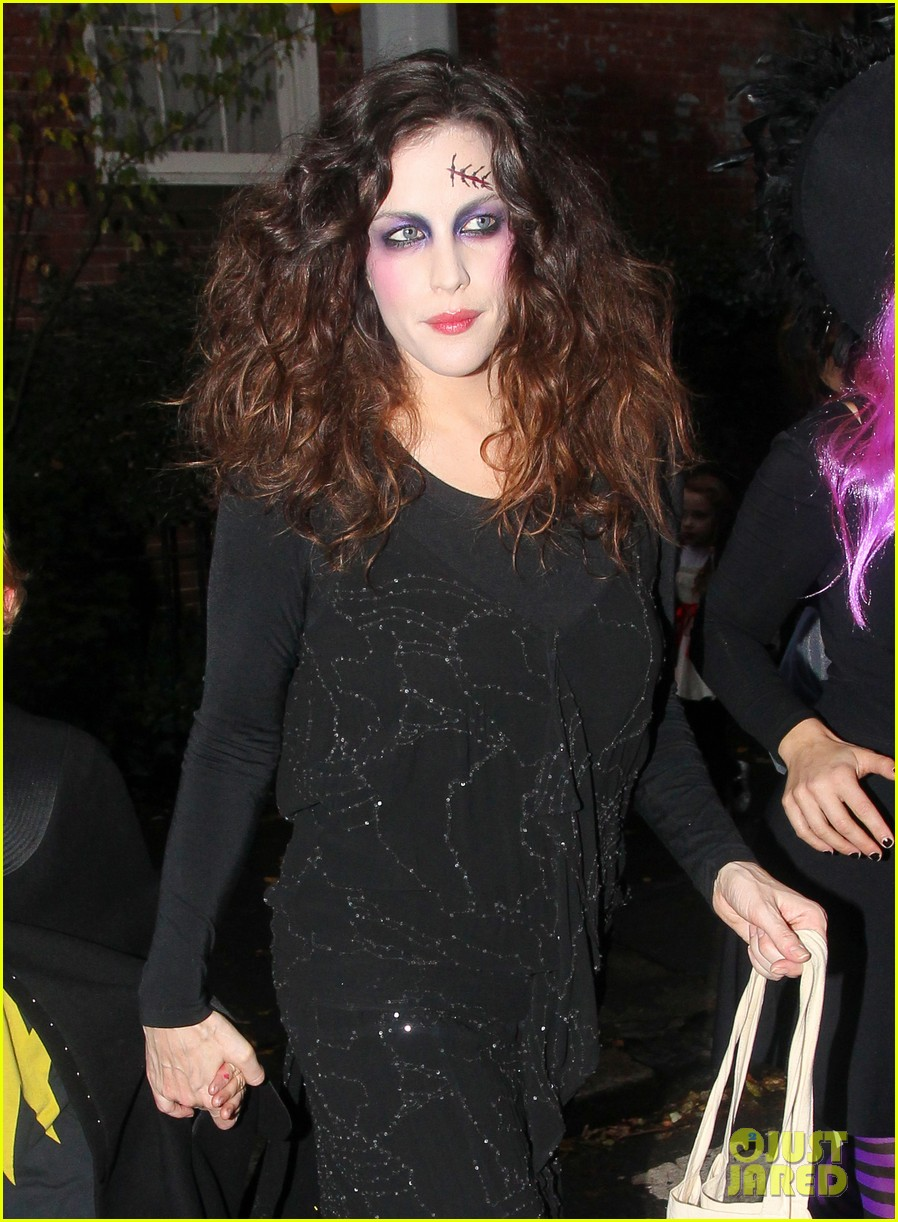 liv tyler trick or treats with milo on halloween 102984262
