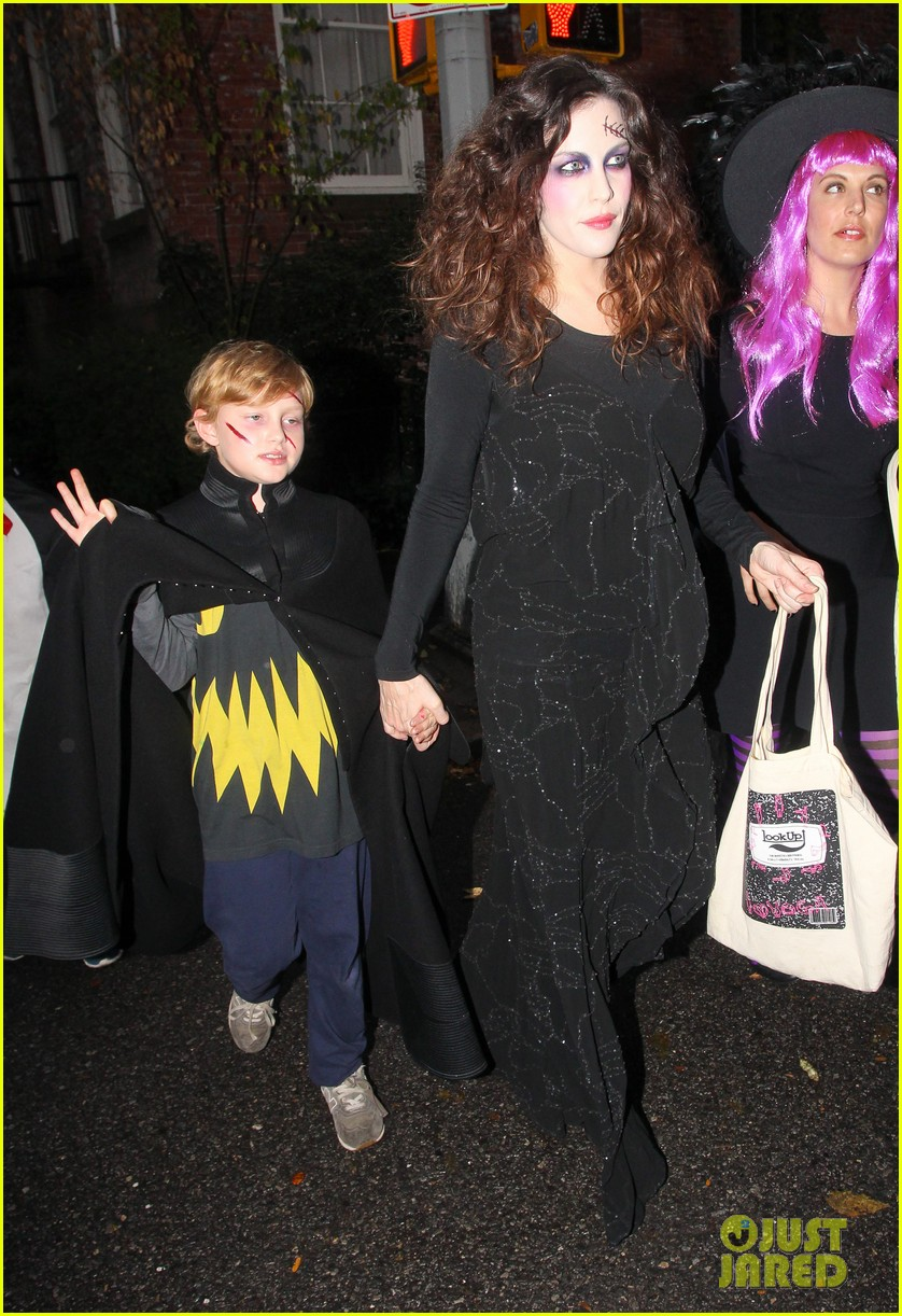 liv tyler trick or treats with milo on halloween 112984263