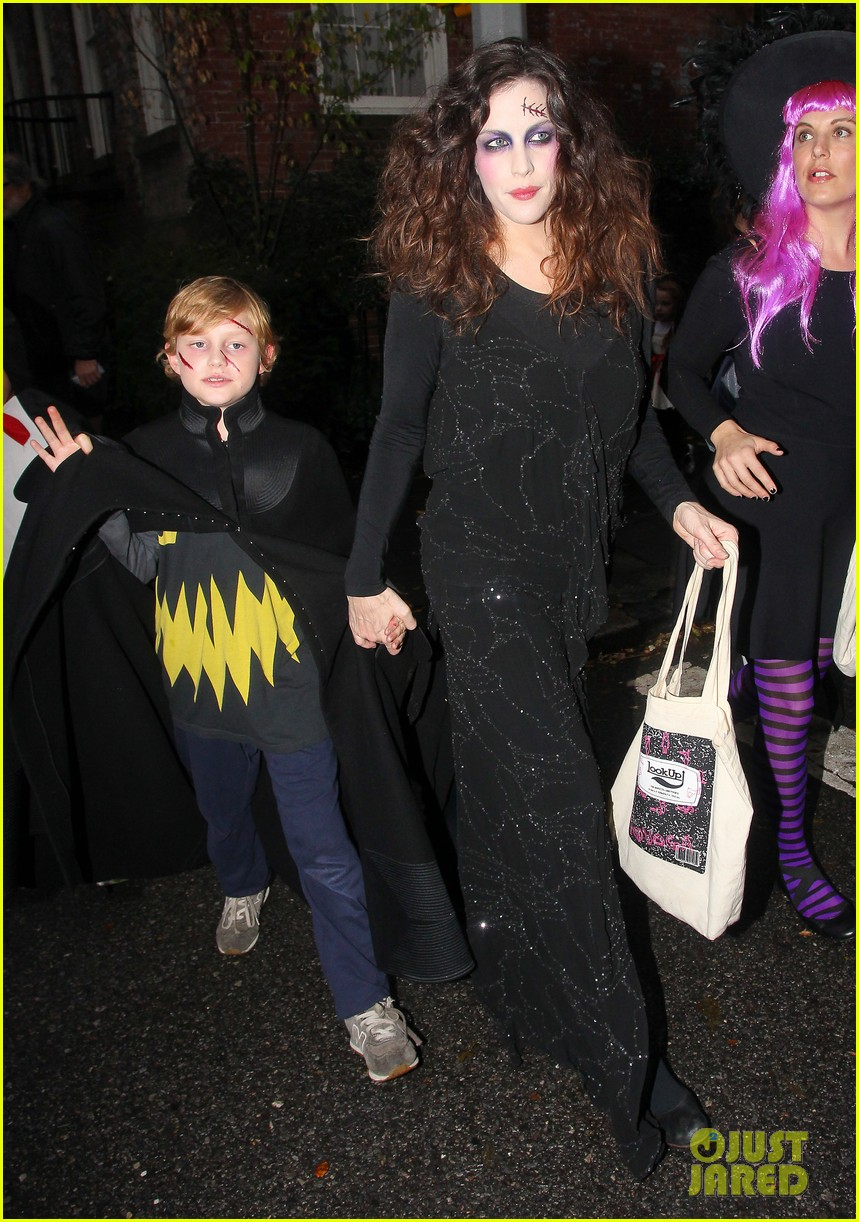 liv tyler trick or treats with milo on halloween 122984264