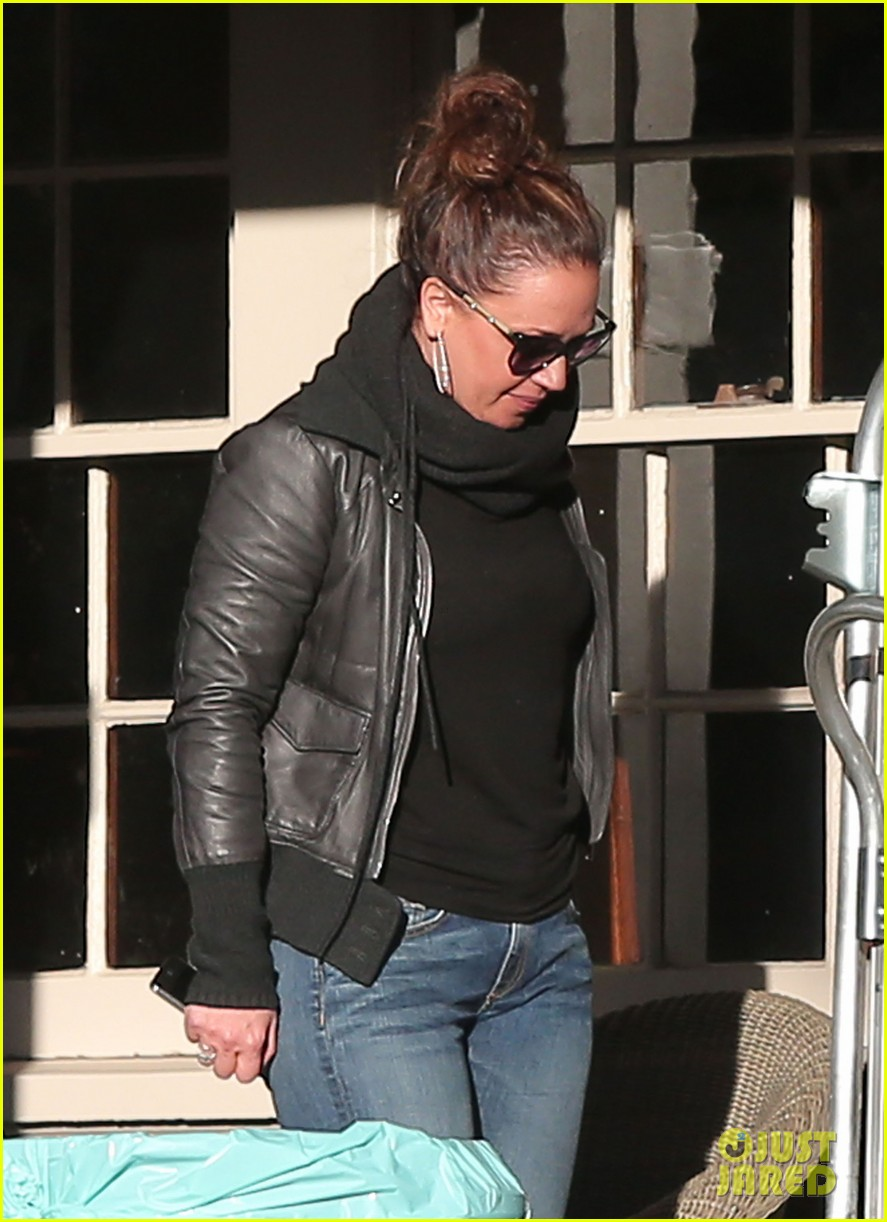 jennifer lopezs pal leah remini visits star on boy next door set 073002049