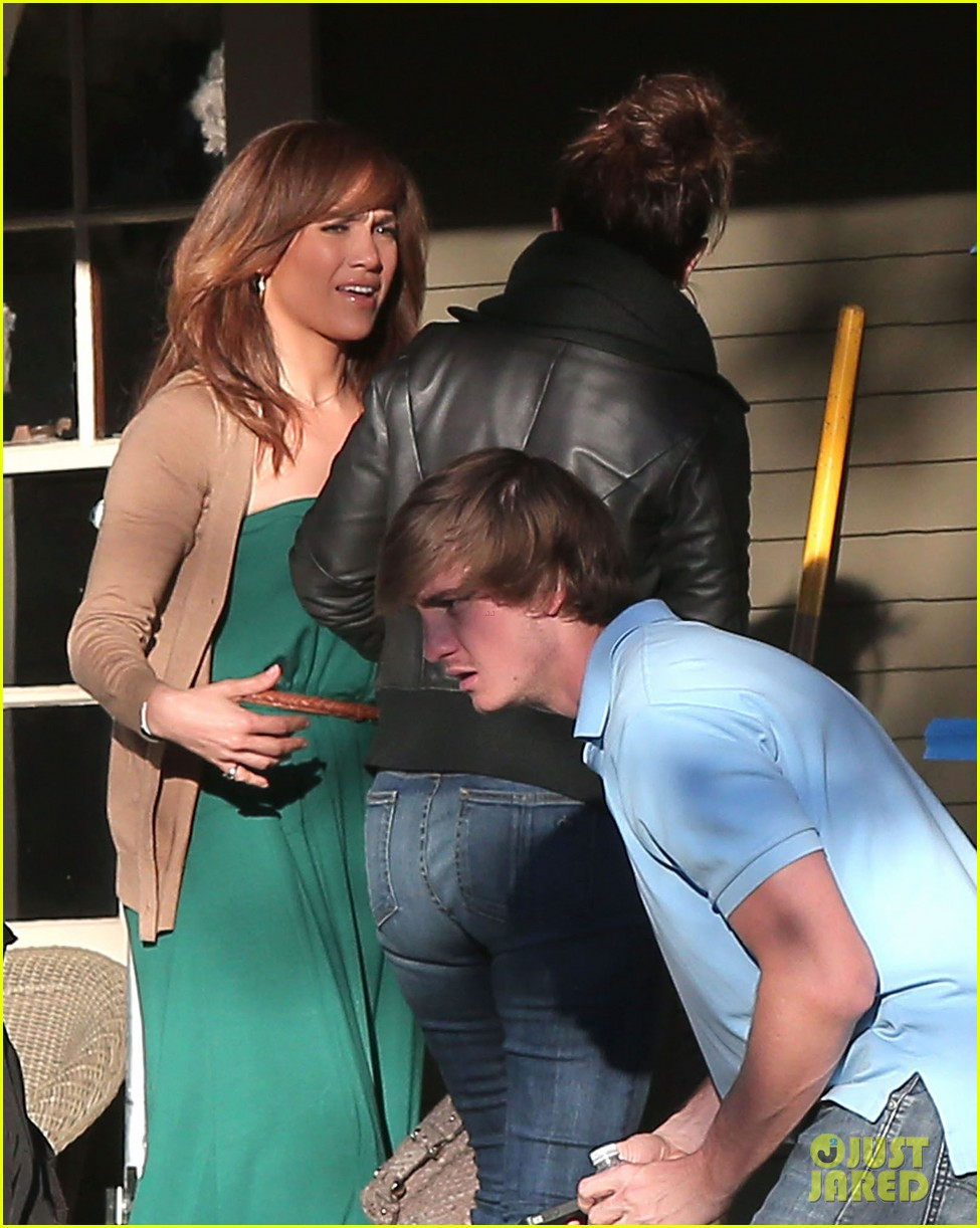 jennifer lopezs pal leah remini visits star on boy next door set 103002052