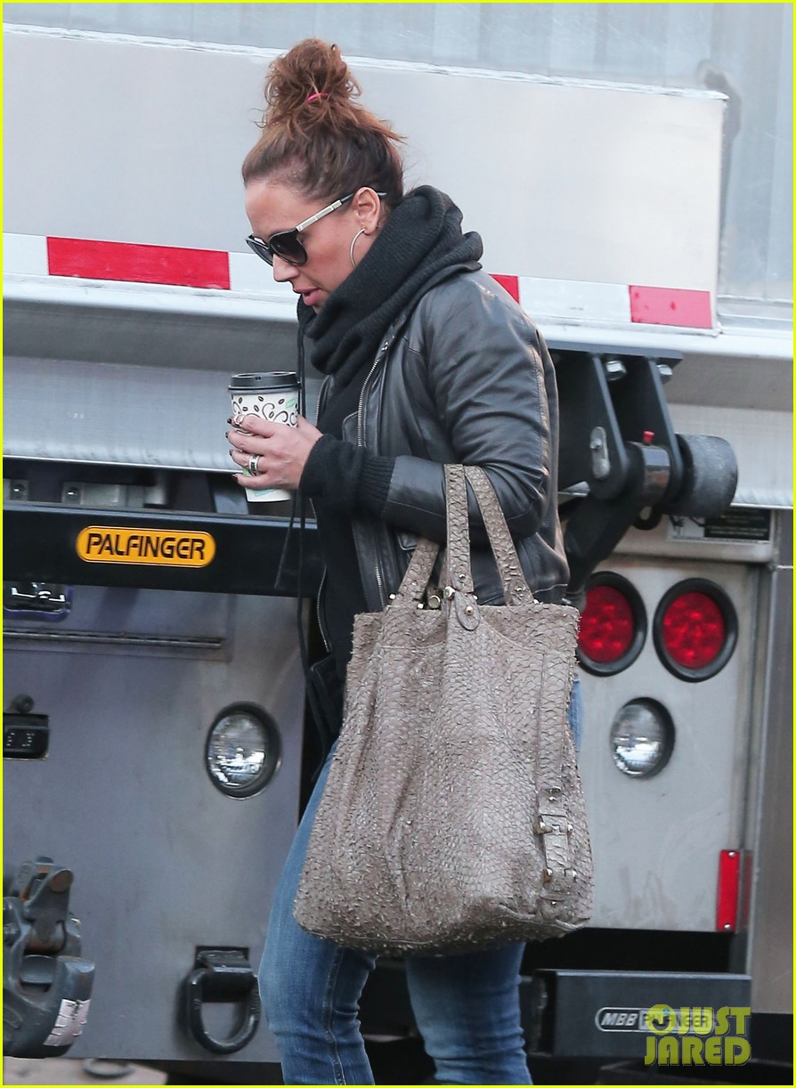 jennifer lopezs pal leah remini visits star on boy next door set 123002054