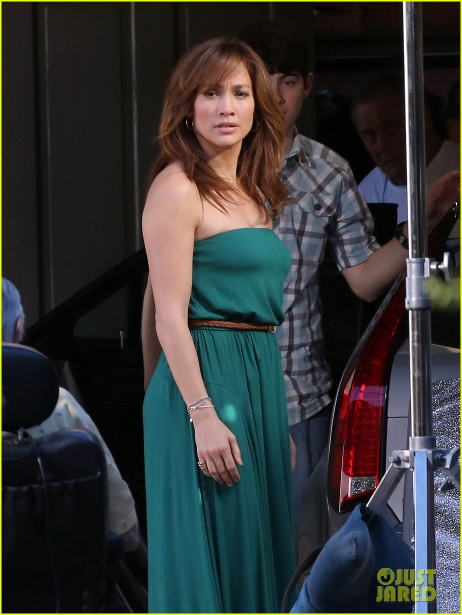 jennifer lopezs pal leah remini visits star on boy next door set 213002063