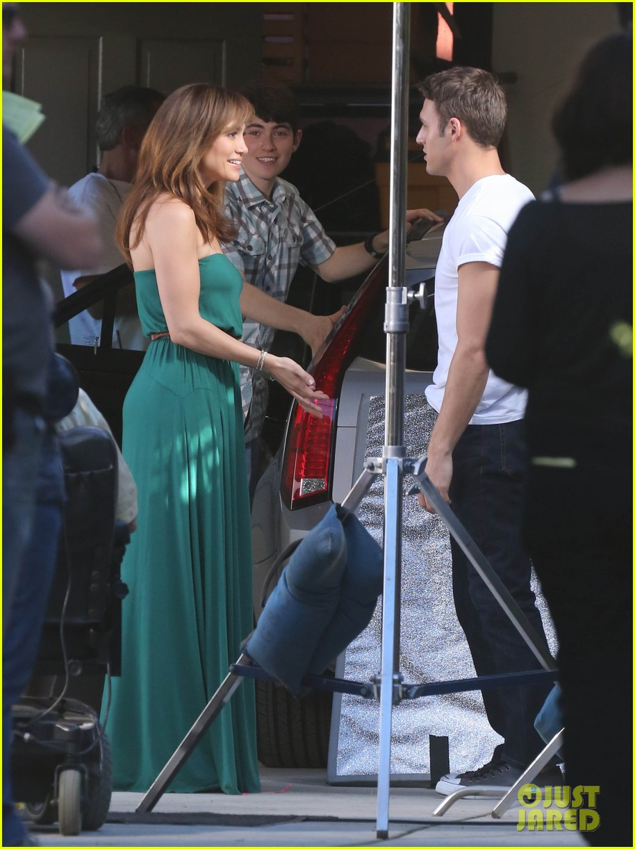 jennifer lopezs pal leah remini visits star on boy next door set 233002065