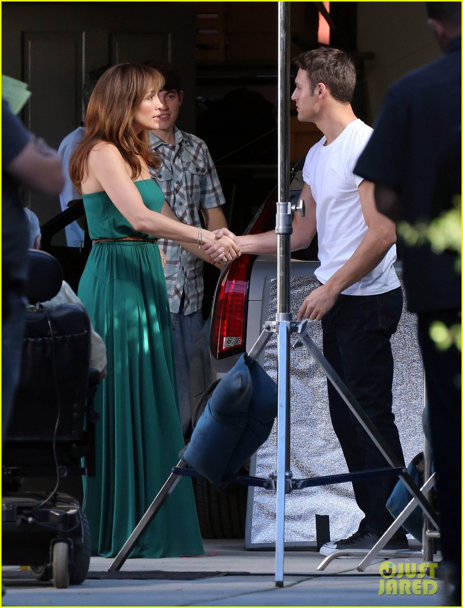jennifer lopezs pal leah remini visits star on boy next door set 243002066