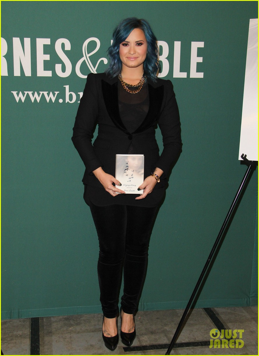demi lovato stay strong book signing 012998868
