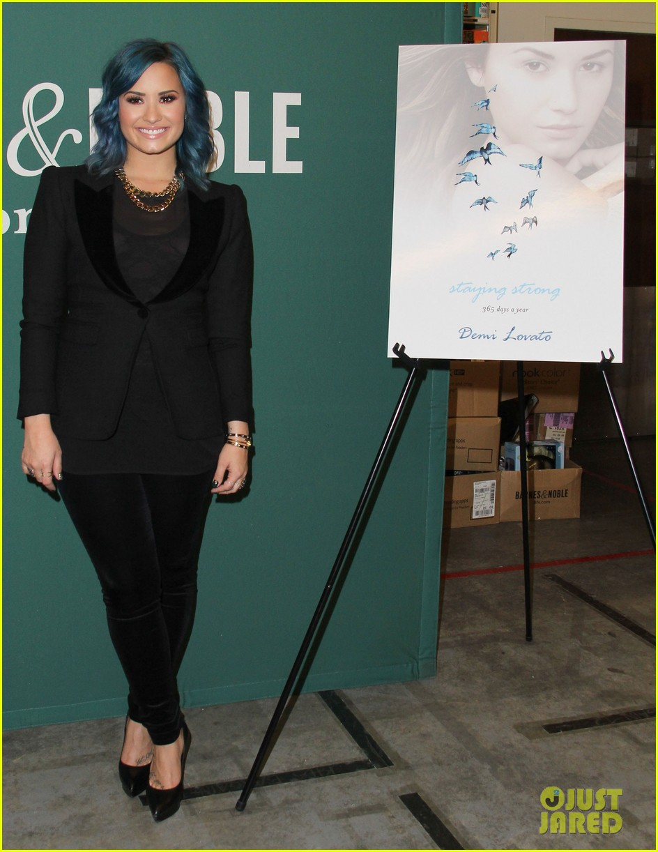 demi lovato stay strong book signing 03