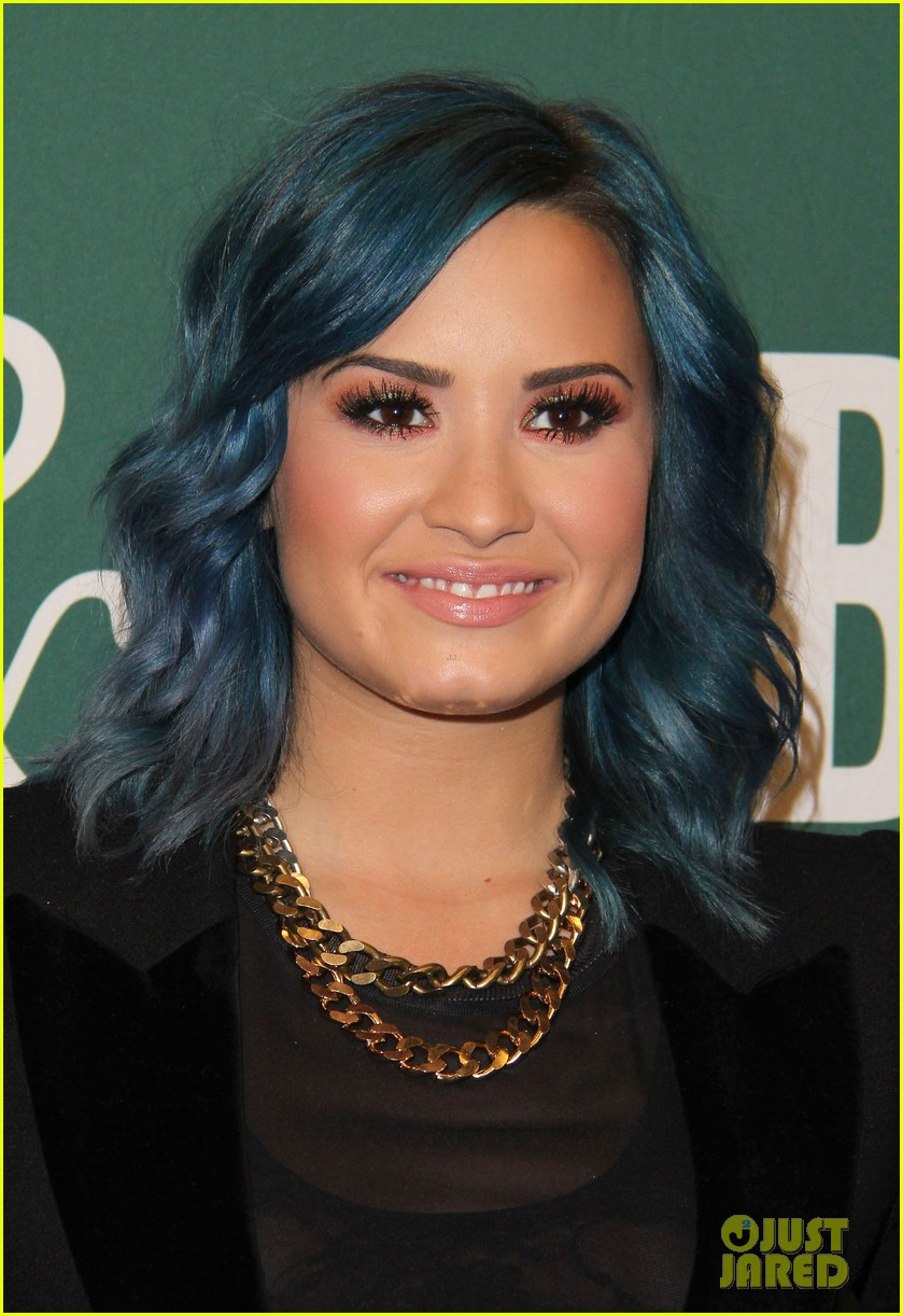 demi lovato stay strong book signing 04