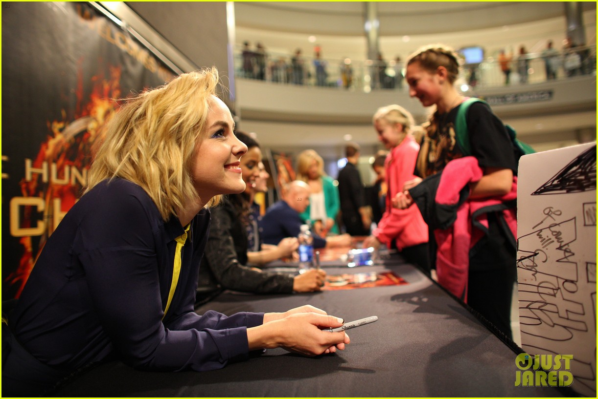 jena malone sam claflin hunger games victory tour in minnesota 172986960