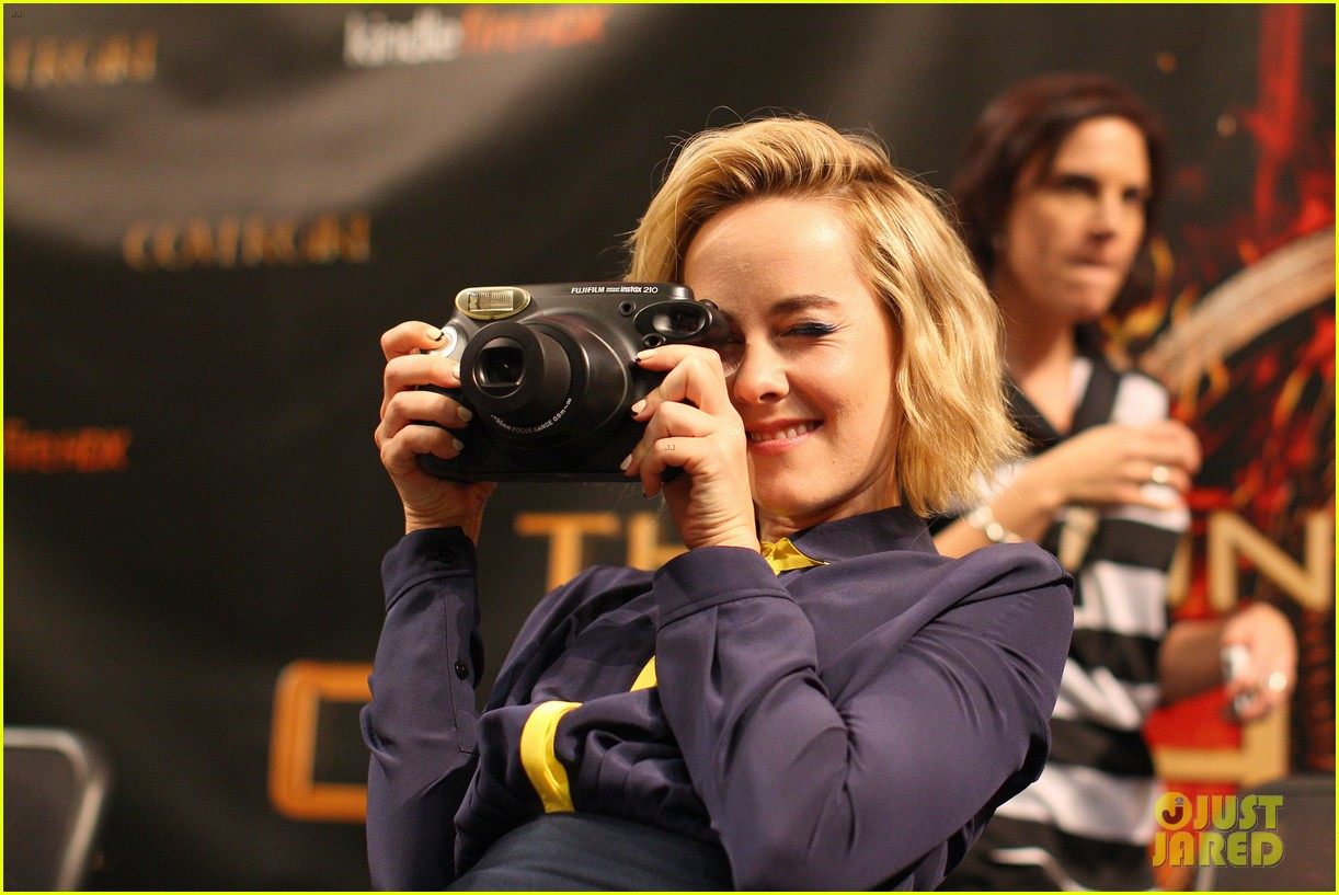 jena malone sam claflin hunger games victory tour in minnesota 202986963