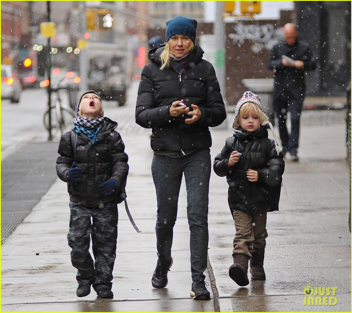 naomi watts snowy walk to school sasha samuel 082991626
