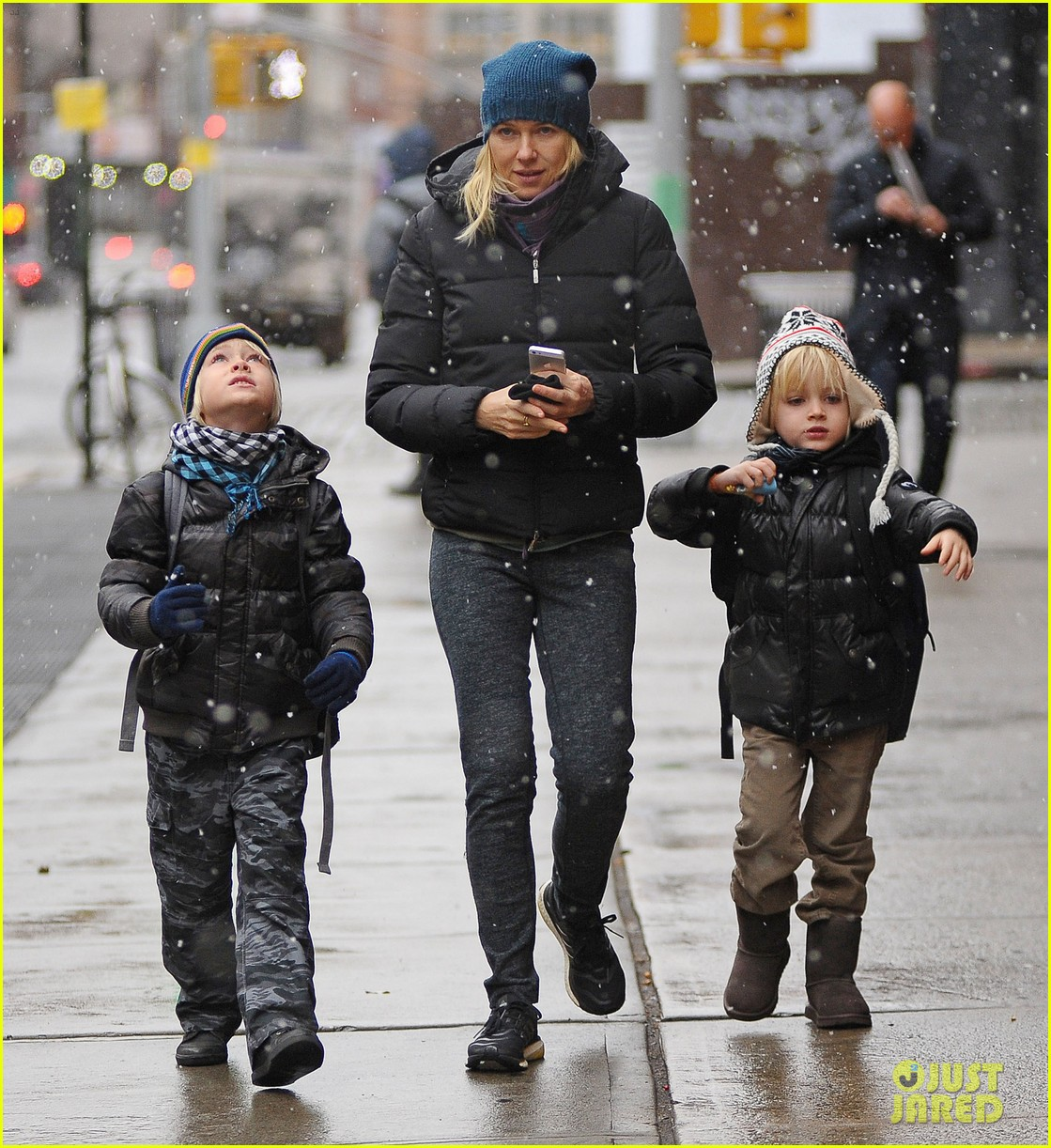 naomi watts snowy walk to school sasha samuel 092991627