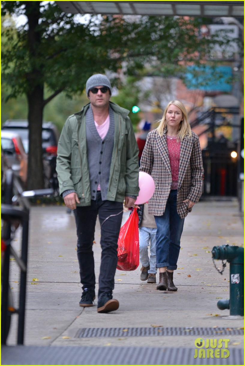 naomi watts snowy walk to school sasha samuel 122991630