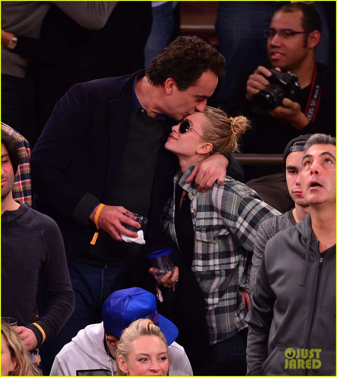 olivier sarkozy kisses mary kate olsen at knicks game 012986000