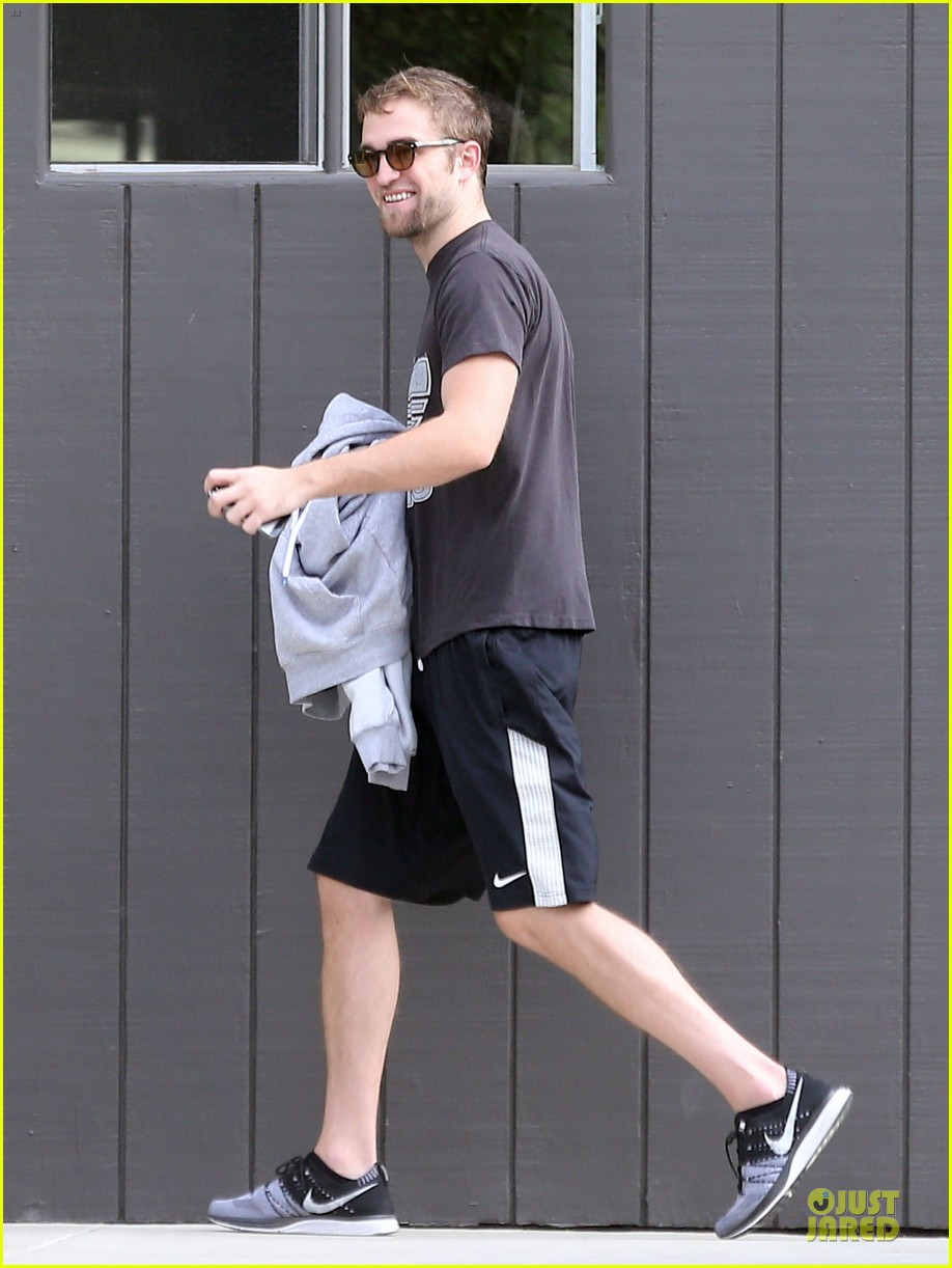 robert pattinson bulks up at workout session 032995564