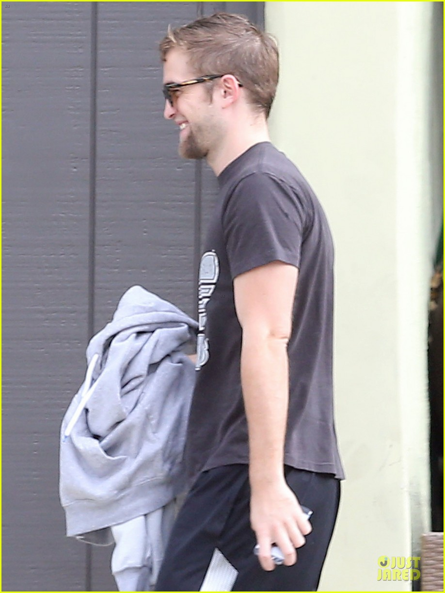 robert pattinson bulks up at workout session 06