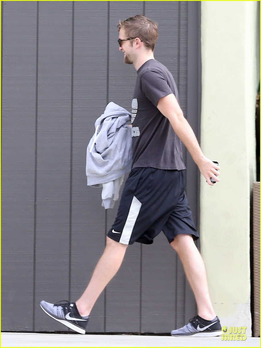 robert pattinson bulks up at workout session 092995570