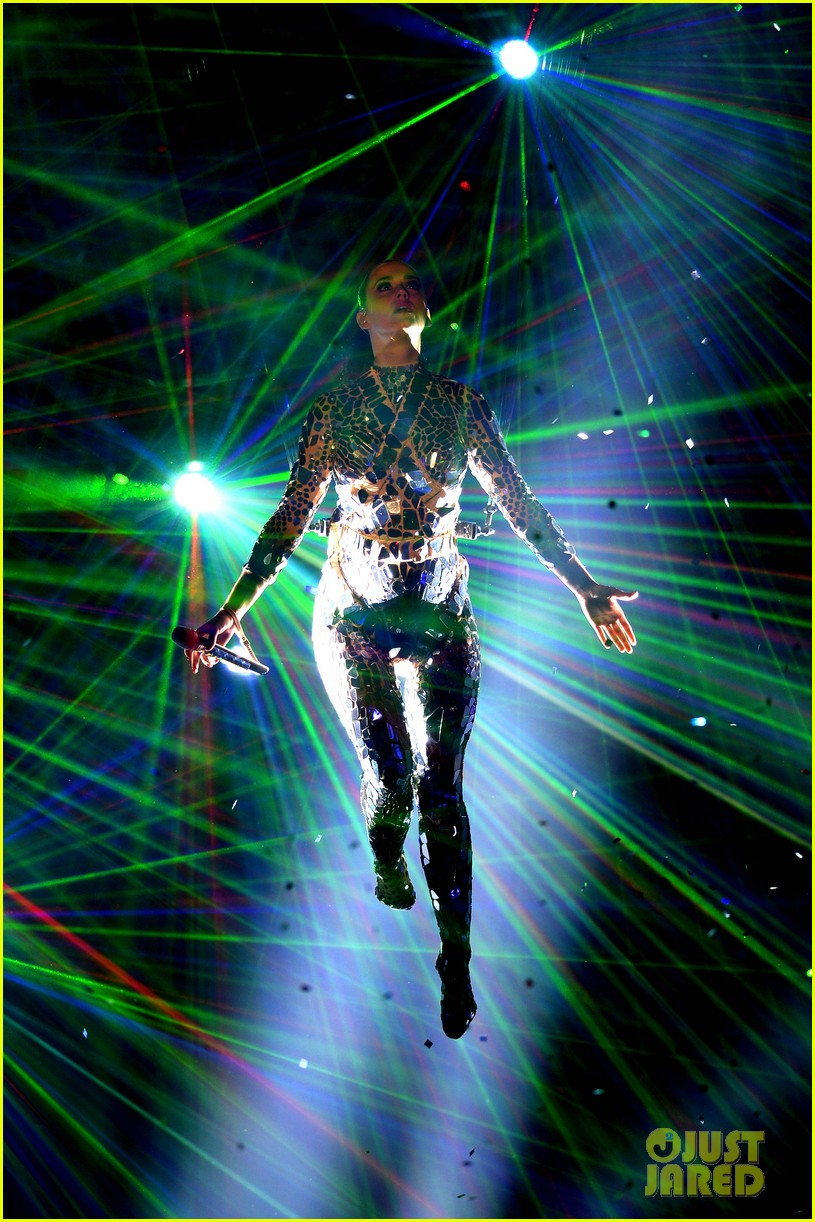 katy perry performs unconditionally at mtv ema 2013 video 032989862