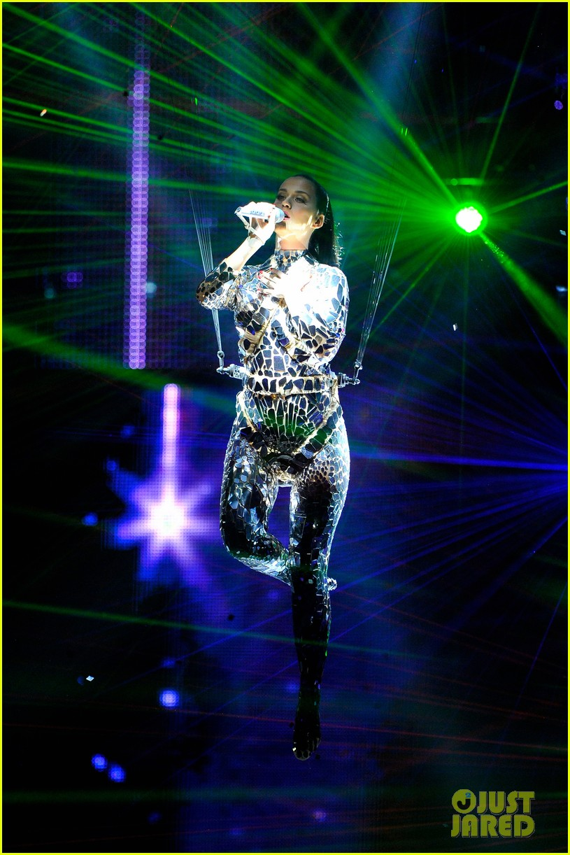 katy perry performs unconditionally at mtv ema 2013 video 082989867