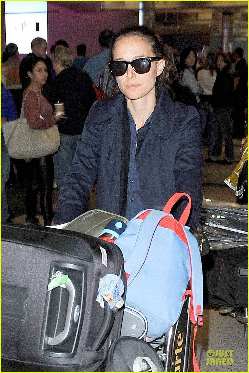 natalie portman  baggage cart full of luggage at lax airport 022994330