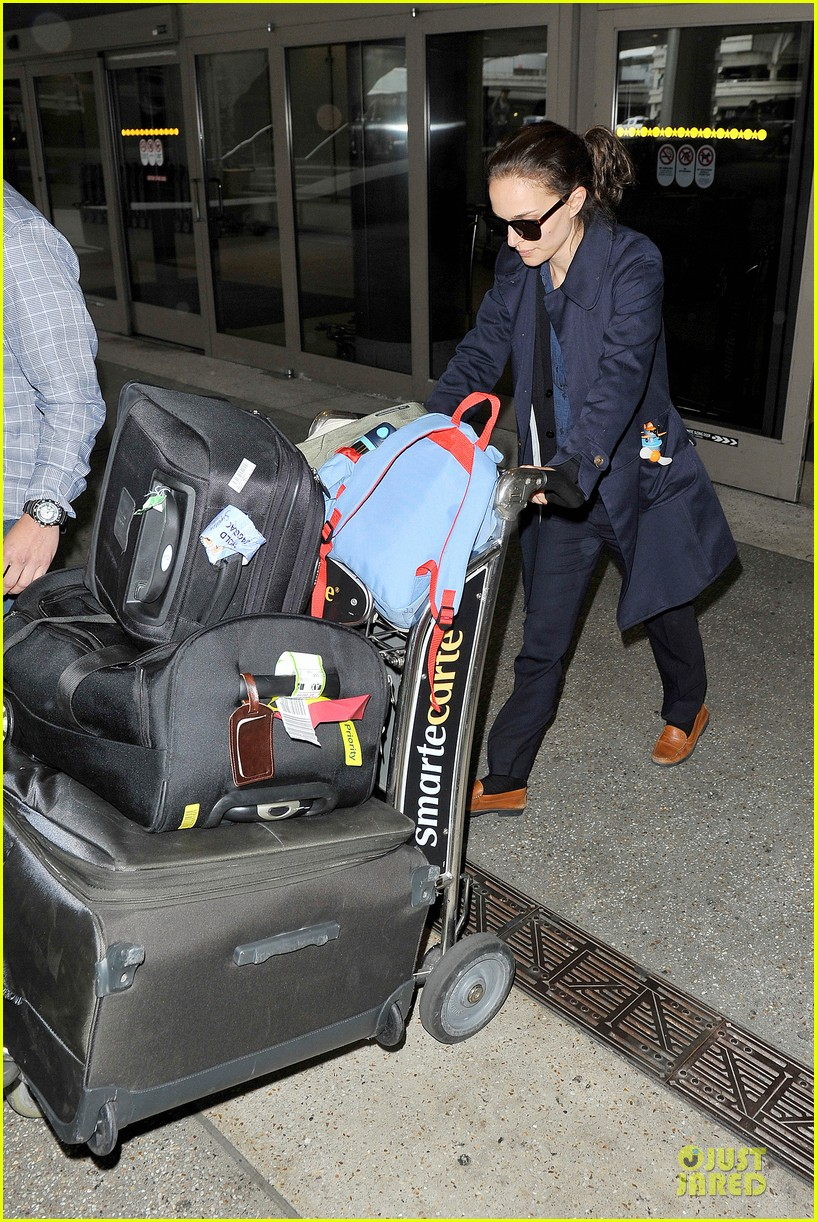natalie portman  baggage cart full of luggage at lax airport 092994337