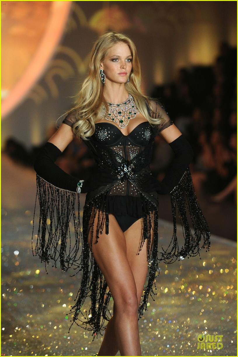 Behati prinsloo 2013 victorias secret fashion show