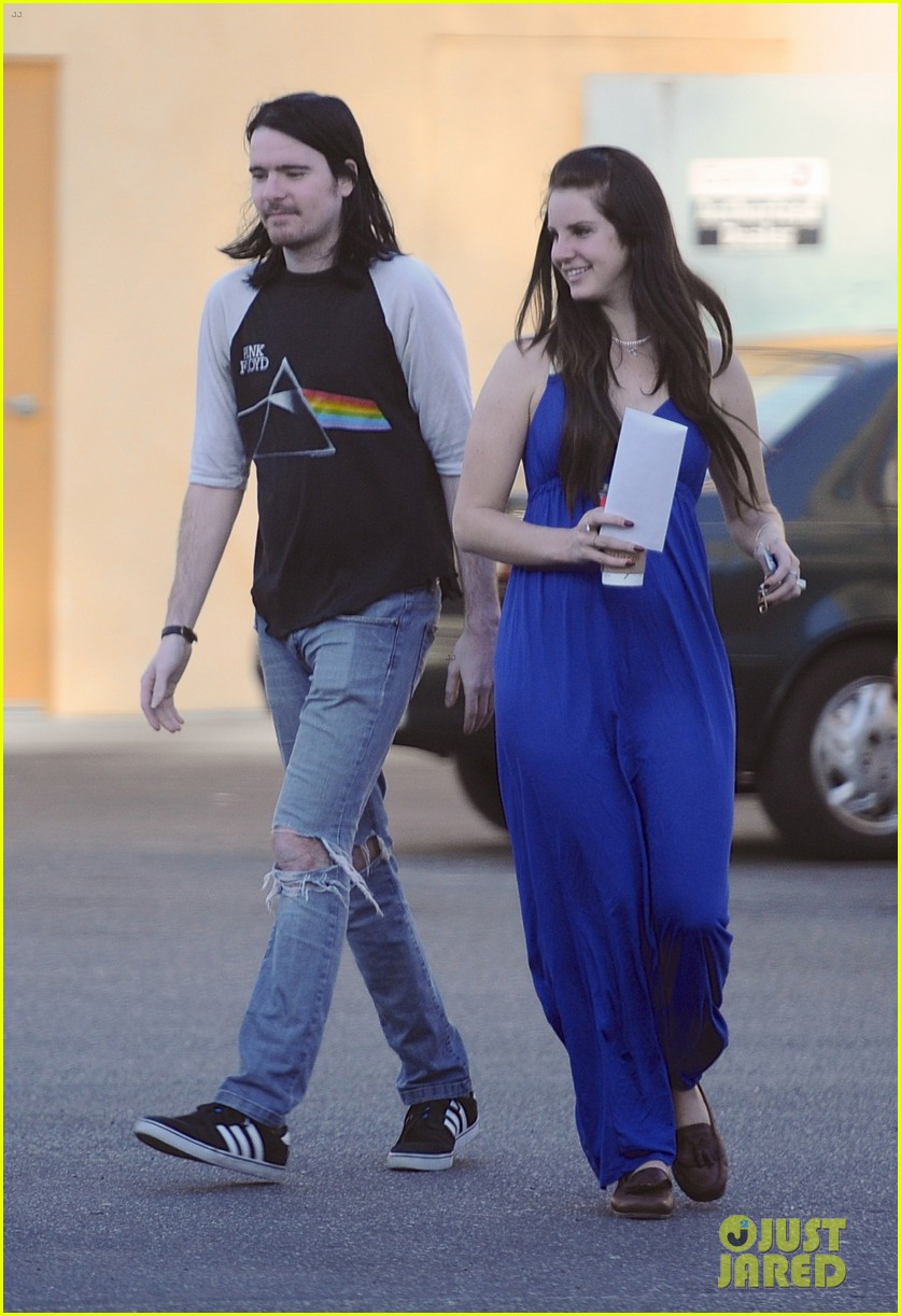lana del rey barrie james oneil affectionate shopping trip 013001062