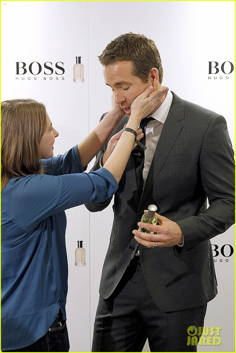 ryan reynolds lets fans feel him up at boss bottled event 02