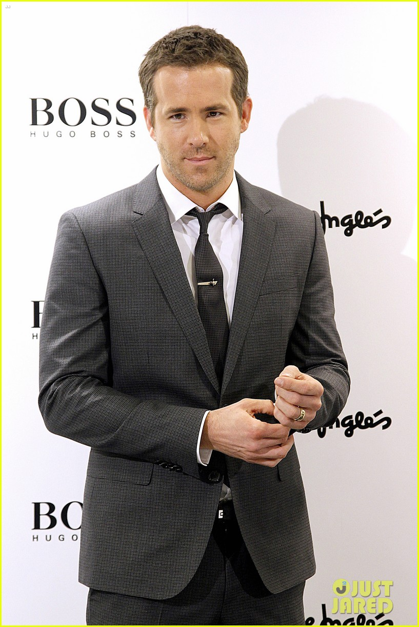 ryan reynolds lets fans feel him up at boss bottled event 113000840