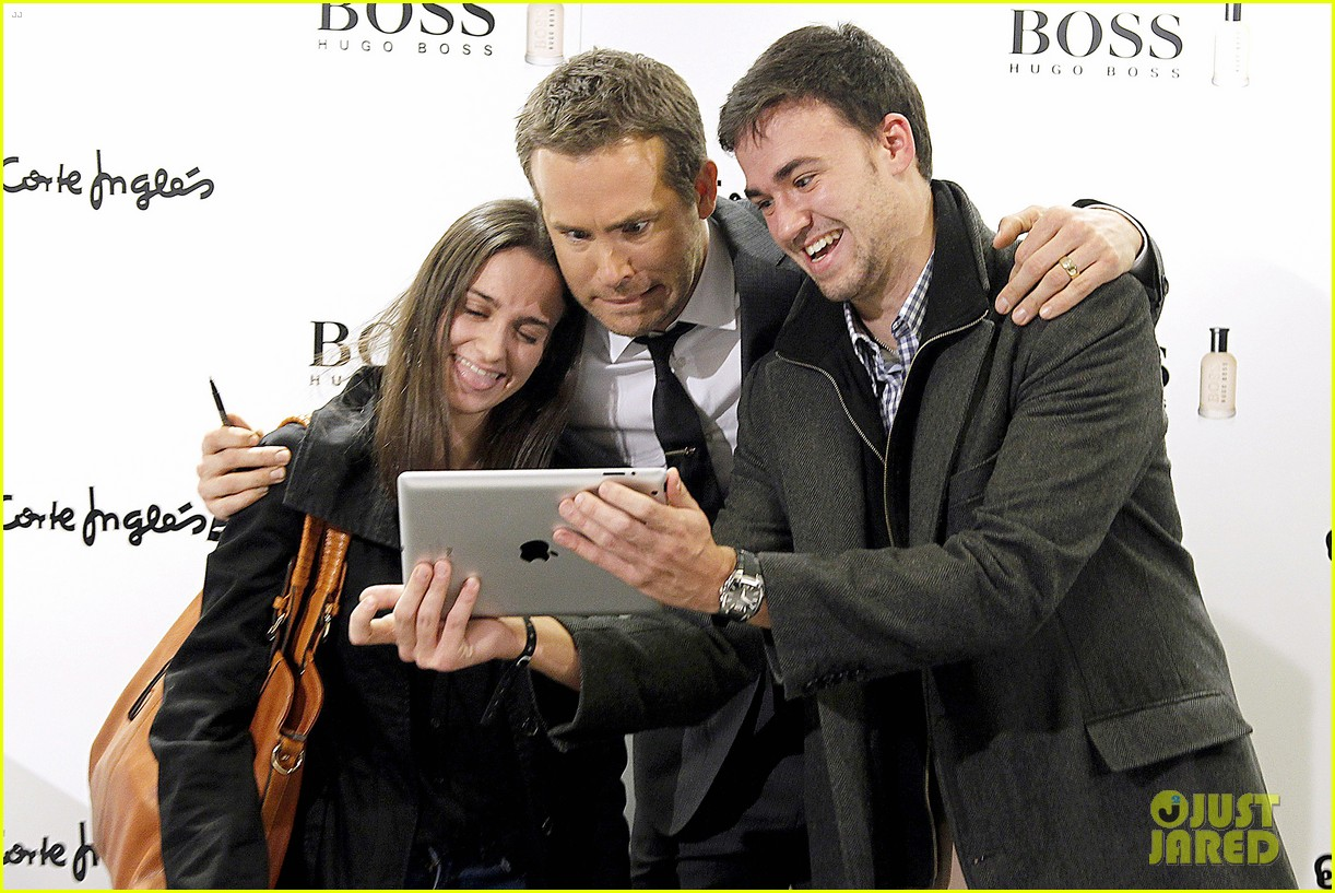 ryan reynolds lets fans feel him up at boss bottled event 123000841
