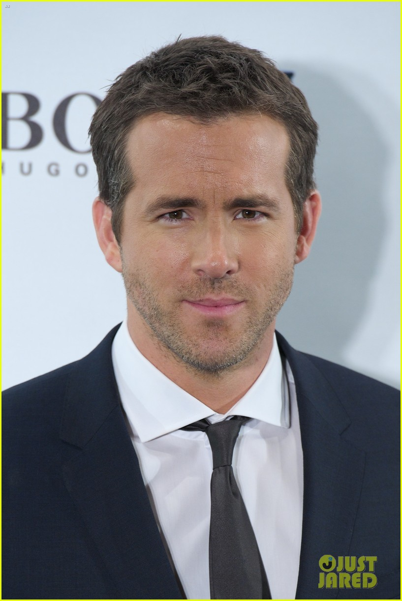 ryan reynolds wears suit tie sexy smile for boss event 013000982