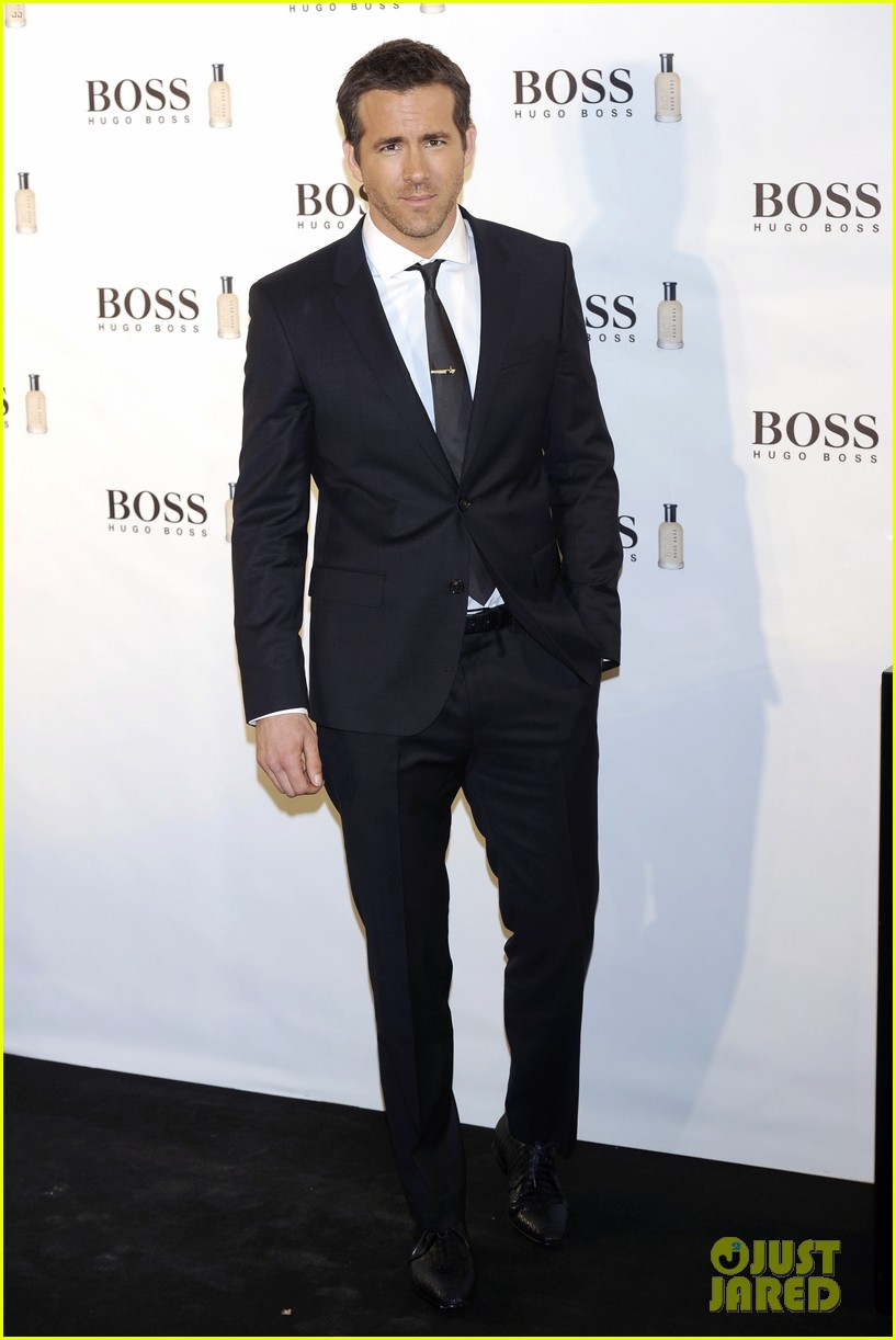 ryan reynolds wears suit tie sexy smile for boss event 023000983