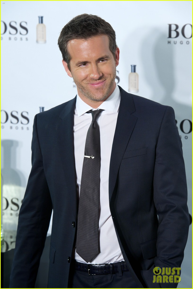 ryan reynolds wears suit tie sexy smile for boss event 033000984