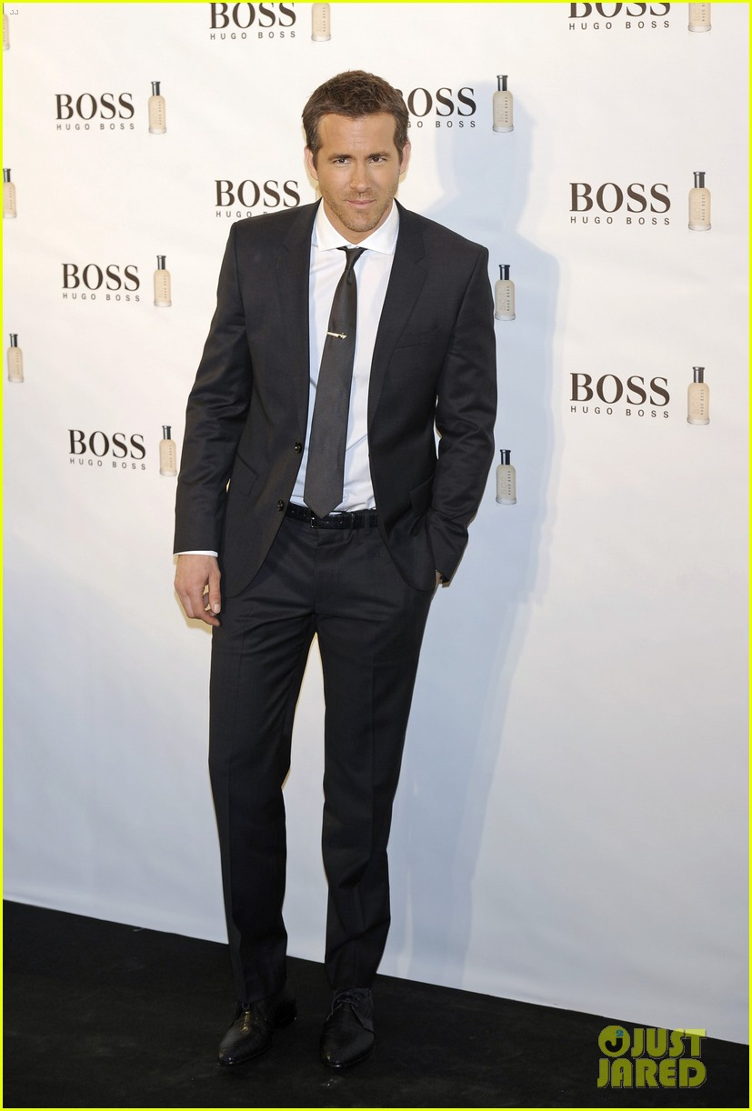 ryan reynolds wears suit tie sexy smile for boss event 043000985