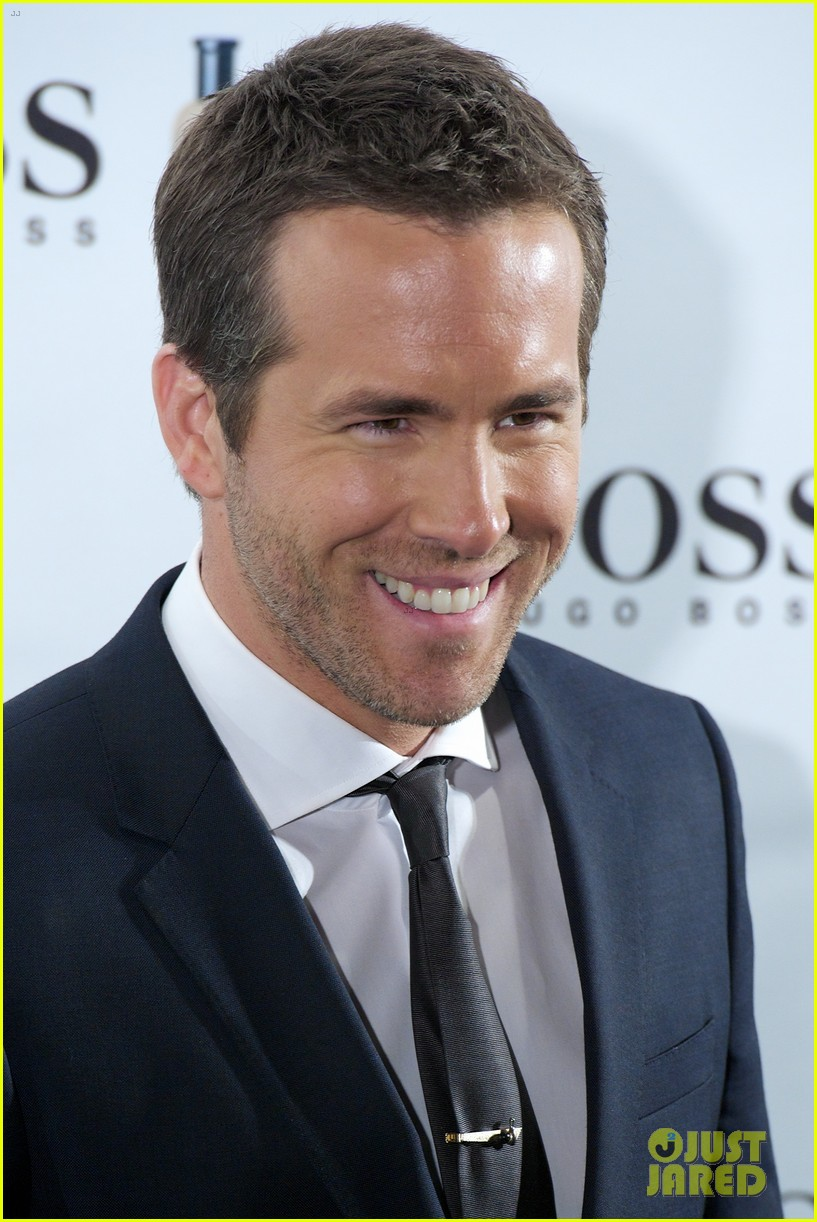 ryan reynolds wears suit tie sexy smile for boss event 053000986