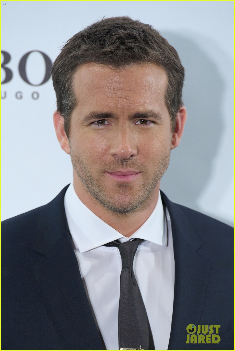 ryan reynolds wears suit tie sexy smile for boss event 063000987