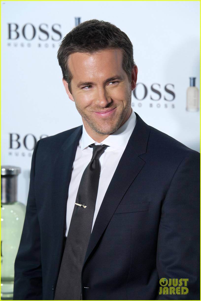 ryan reynolds wears suit tie sexy smile for boss event 073000988