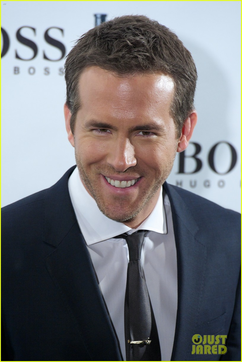 ryan reynolds wears suit tie sexy smile for boss event 09