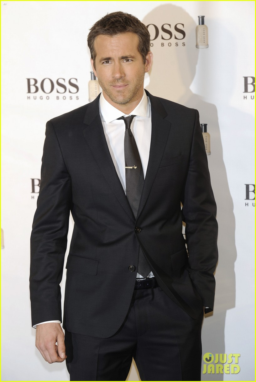 ryan reynolds wears suit tie sexy smile for boss event 103000991