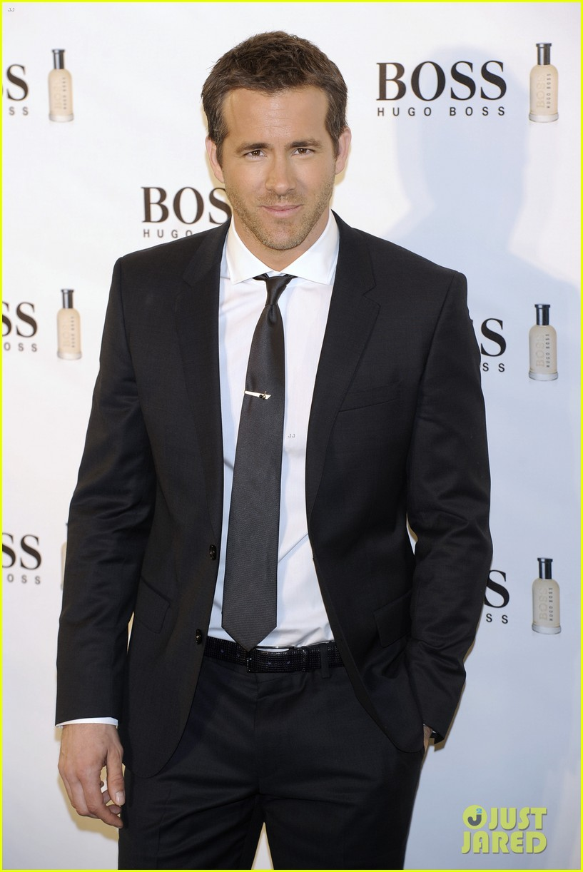 ryan reynolds wears suit tie sexy smile for boss event 113000992