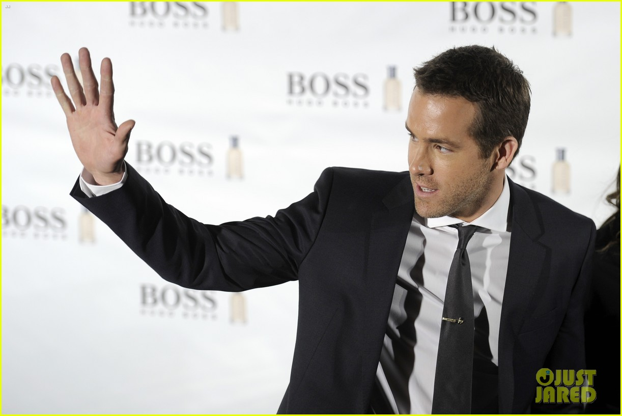ryan reynolds wears suit tie sexy smile for boss event 123000993