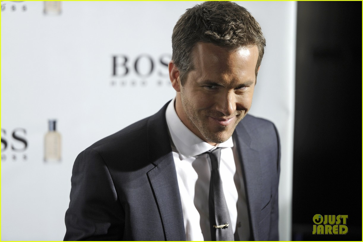 ryan reynolds wears suit tie sexy smile for boss event 153000996