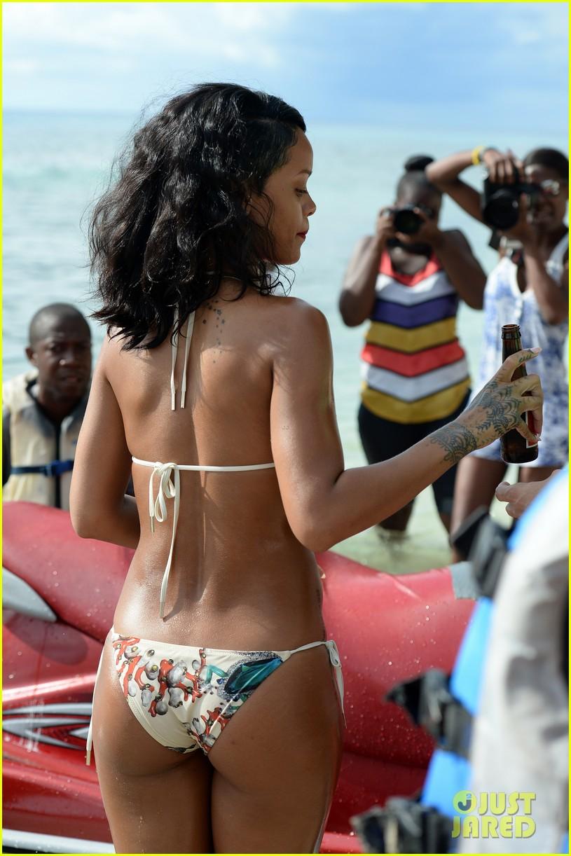 rihanna shows off fabulous figure in string bikini 042987115