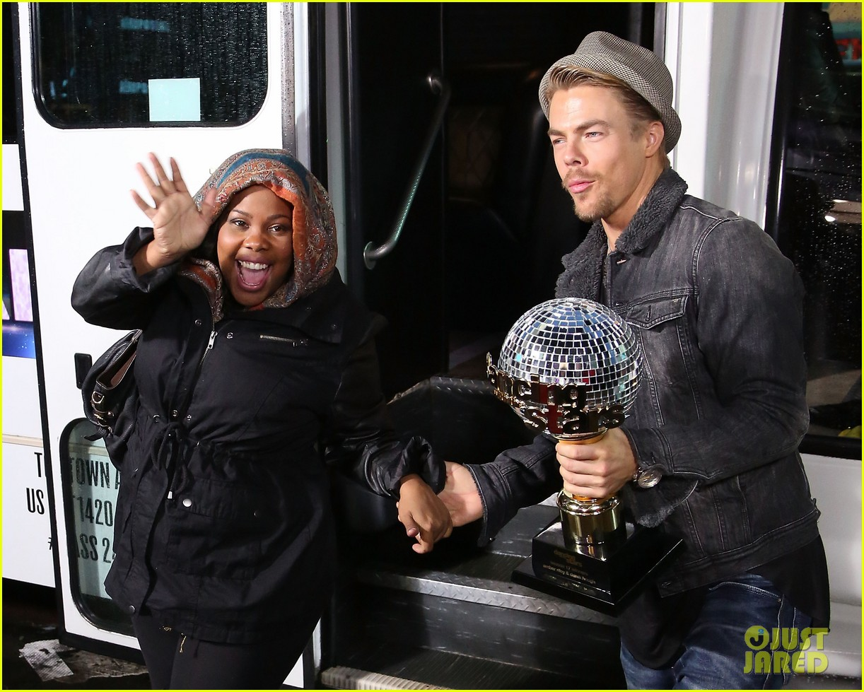 amber riley celebrates dwts win on gma 083001284