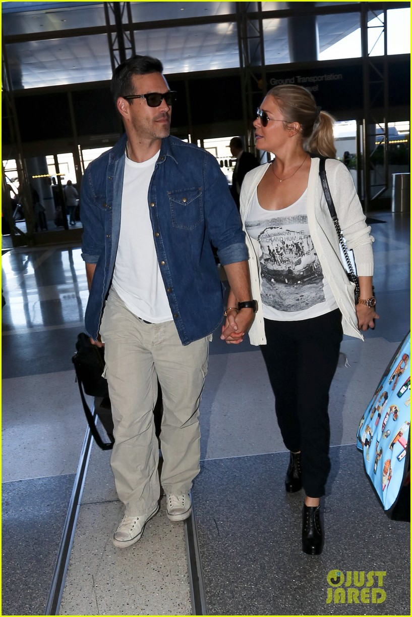 leann rimes eddie sibrian hold hands at lax 012993252