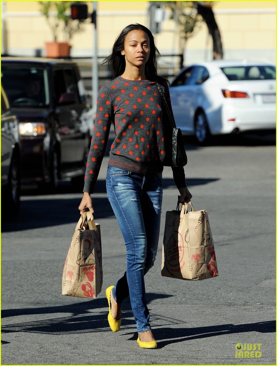 zoe saldana grabs groceries marco perego walks mugsy 012985087